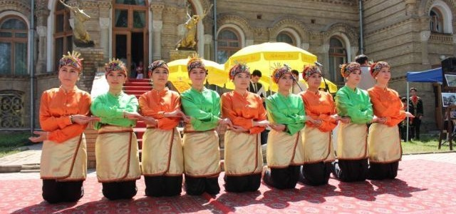 Uzbek students  Perform Indonesian Dance